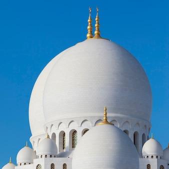 Część słynnego meczetu szejka zayeda w abu zabi, zea.