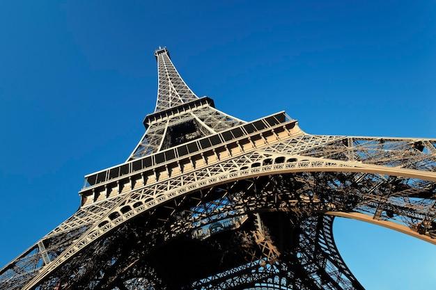 Część słynnej wieży eiffla z błękitnym niebem w paryżu, francja
