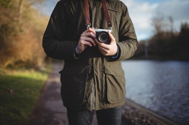 Część środkowa człowieka trzymającego aparat