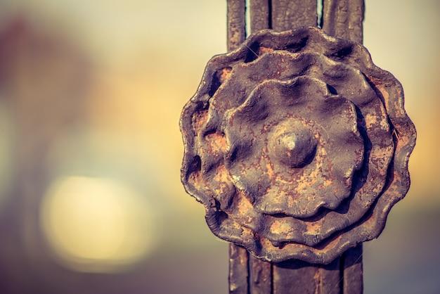 Część starych metalowych bram