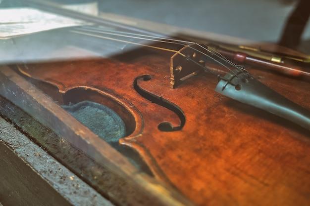 Część starych skrzypiec za szkłem