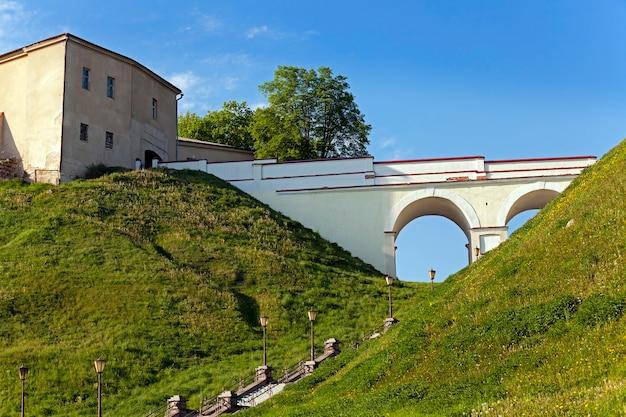 Część twierdzy z xi wieku znajdującej się w mieście grodno na białorusi.