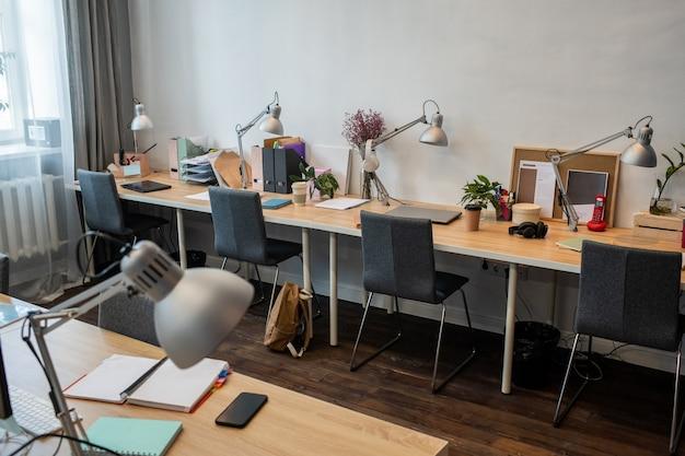 Część współczesnego biura z miejscami pracy dla pracowników