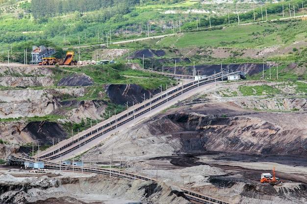 Część wykopu z działającą dużą ciężarówką górniczą