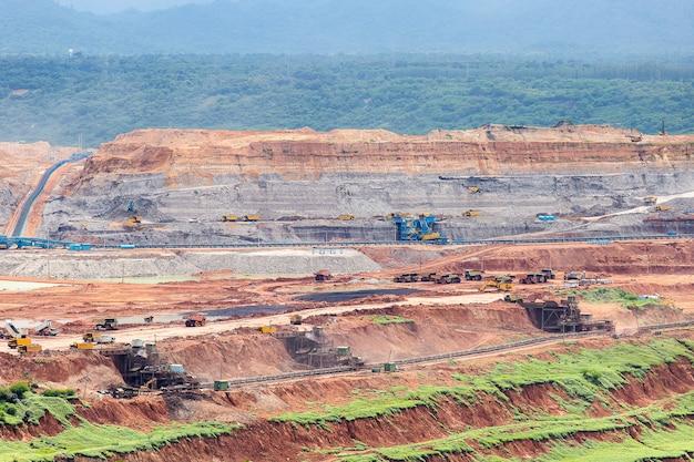 Część wyrobiska z pracującym dużym wozem górniczym