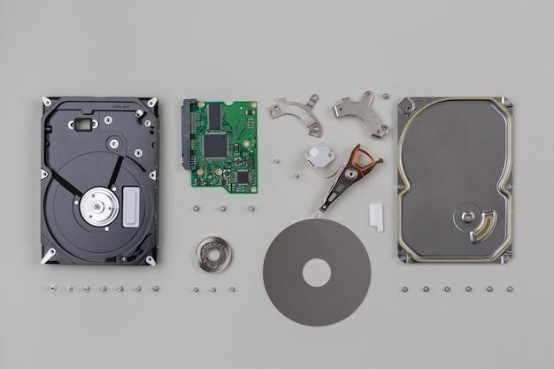 Części dysku twardego należące do sprzętu komputerowego eksplodowały jedna po drugiej i zostały ułożone