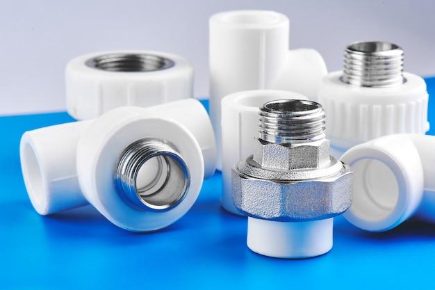 Części hydrauliczne i akcesoria na niebieskim tle