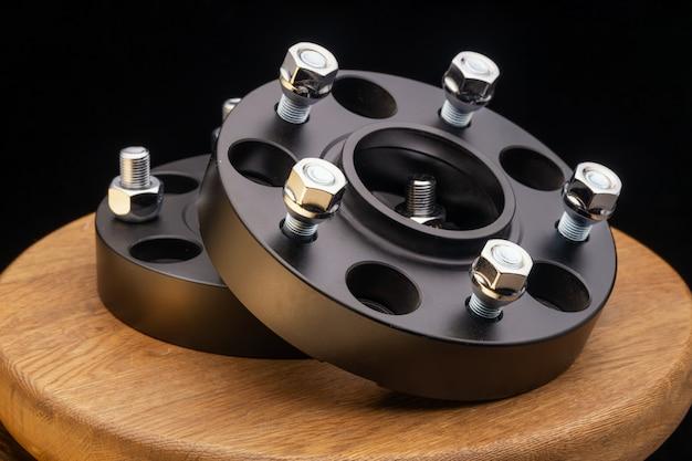 Części samochodowe. zamknąć nową piastę zdalną ze stali nierdzewnej w kolorze czarnym metalowym na czarnym tle