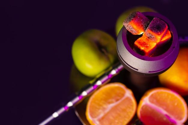 Części shisha i świeże owoce z bliska