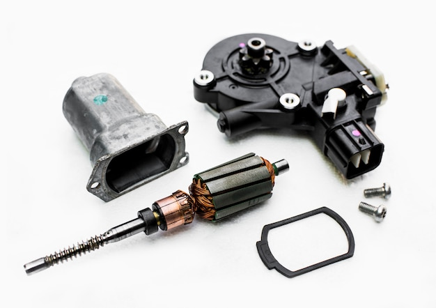 Części silnika elektrycznego szyby samochodu z naciskiem na wirnik.