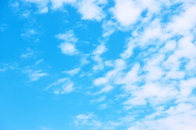 Częściowe zachmurzenie - błękitne niebo z białymi chmurami. tło z miejscem na własny tekst