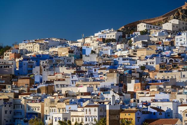 Częściowy widok chefchaouen na błękitne miasto maroka 24 grudnia 2016 r.