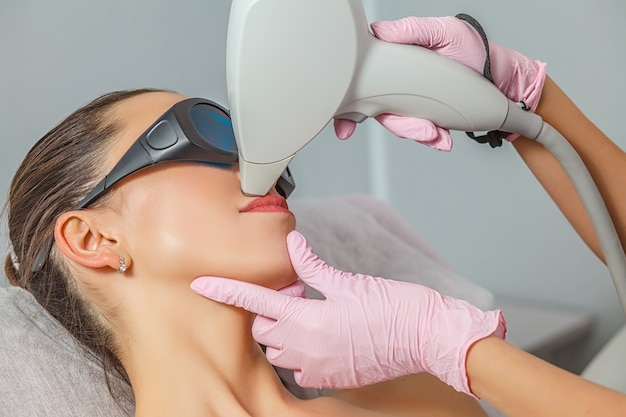 Częściowy widok młodej kobiety otrzymującej depilację laserową