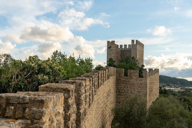 Częściowy widok na mur średniowiecznej wioski obidos, portugalia.