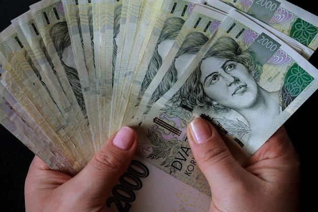 Czeskie pieniądze w rękach kobiety