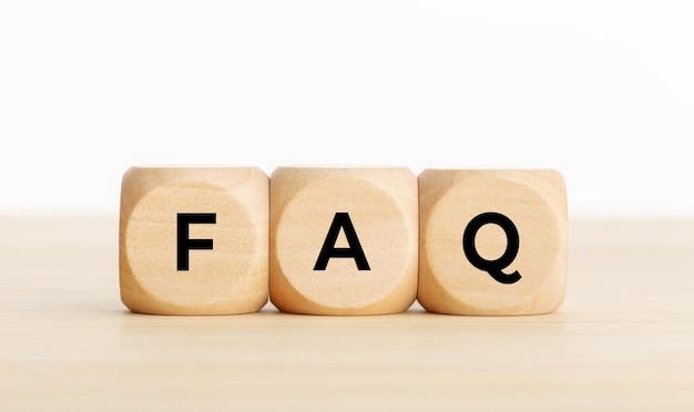 Często zadawane pytania lub koncepcja często zadawanych pytań. drewniane klocki z tekstem na biurku. skopiuj miejsce
