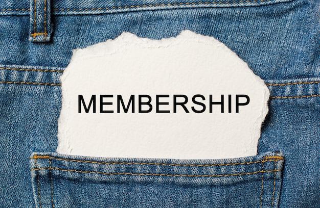Członkostwo na rozdartym tle papieru na koncepcji dżinsów biznesowych i finansowych