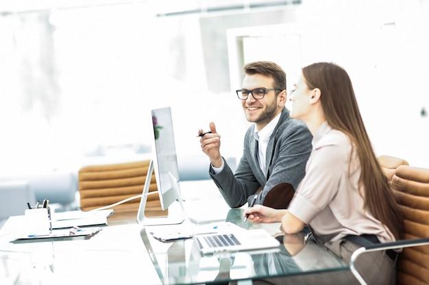 Członkowie zespołów biznesowych pracują z danymi na laptopie w miejscu pracy