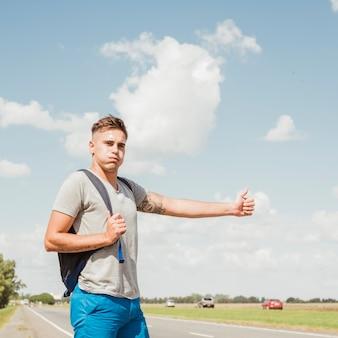 Człowiek autostopem po drodze