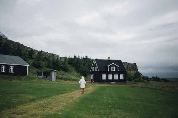 Człowiek bada tradycyjny islandzki krajobraz