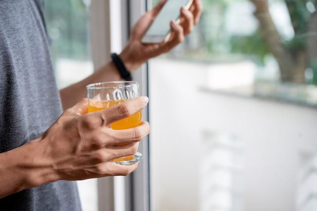 Człowiek biorąc świeży sok rano