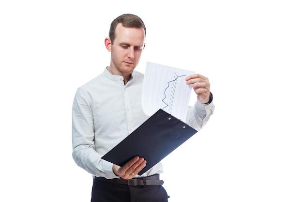 Człowiek biznesmen, nauczyciel, mentor, studiuje i podpisuje dokumenty nowych projektów biznesowych. na białym tle