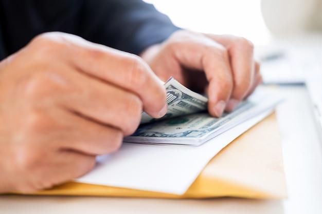 Człowiek biznesu liczenie pieniędzy przy stole, rachunkowości