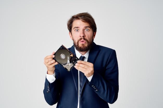 Człowiek biznesu w garniturze informacje o technologii dysku twardego. zdjęcie wysokiej jakości
