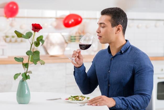 Człowiek chce pić czerwone wino