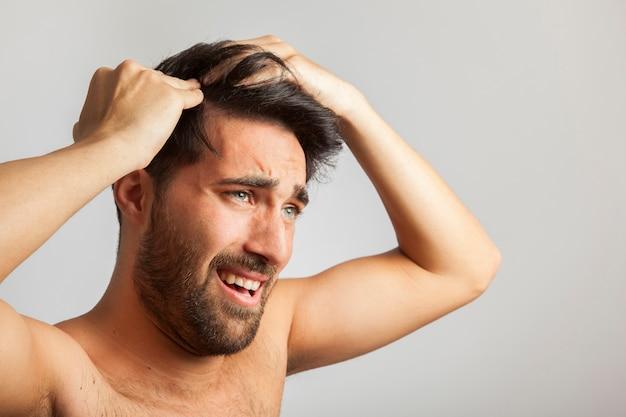 Człowiek cierpiący na głowie