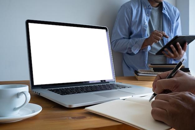 Człowiek ciężko pracować laptop z pustego ekranu na stole. workspace tła nowy projekt na laptopie