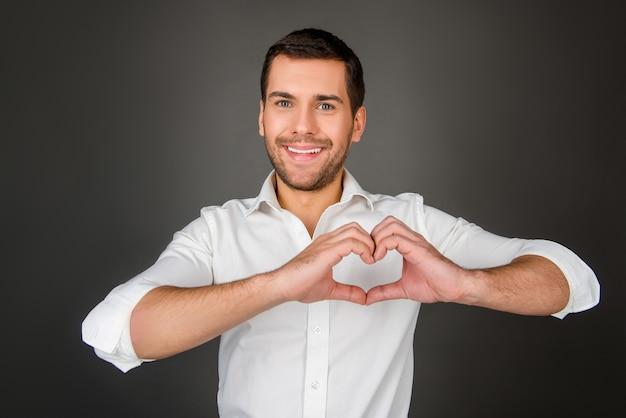 Człowiek co kształt serca rękami