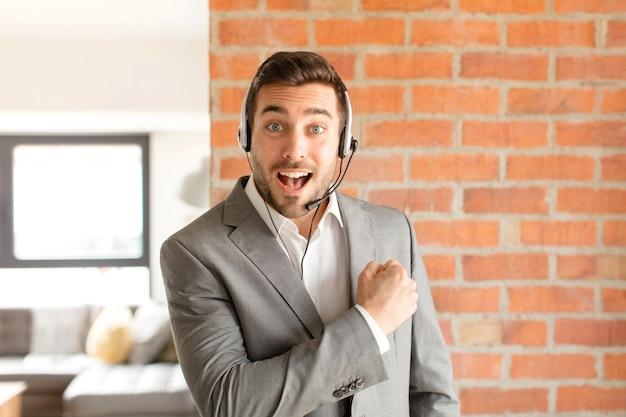 Człowiek czujący się szczęśliwy, pozytywnie nastawiony i odnoszący sukcesy, zmotywowany w obliczu wyzwania lub świętującym dobre wyniki