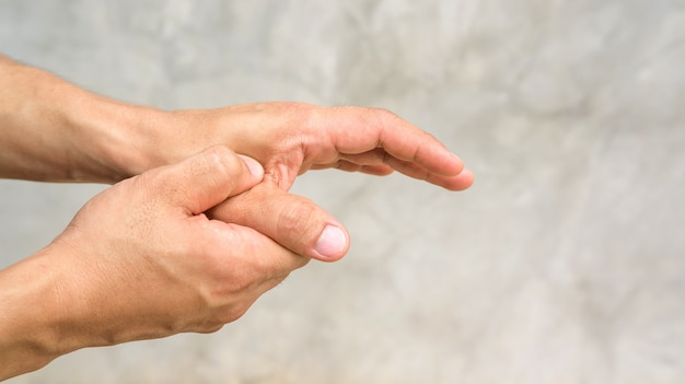 Człowiek czuje ból w ręku