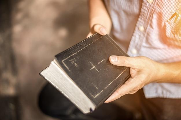Człowiek czytający świętą biblię.
