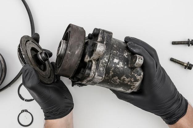 Człowiek demontujący część mechaniczną do czyszczenia