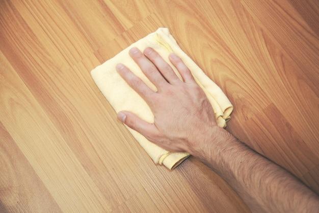 Człowiek do czyszczenia powierzchni drewnianych