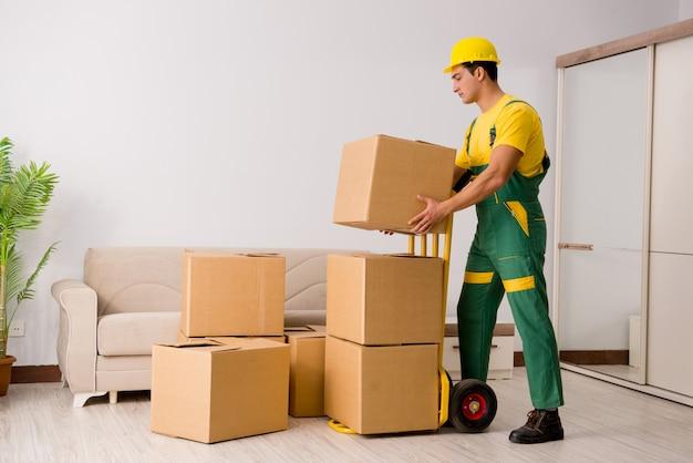 Człowiek dostarczający pudełka podczas przeprowadzki domu
