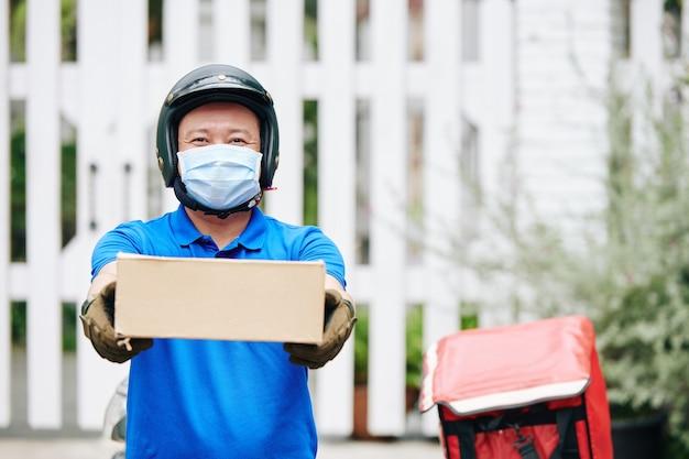 Człowiek dostawy dając karton