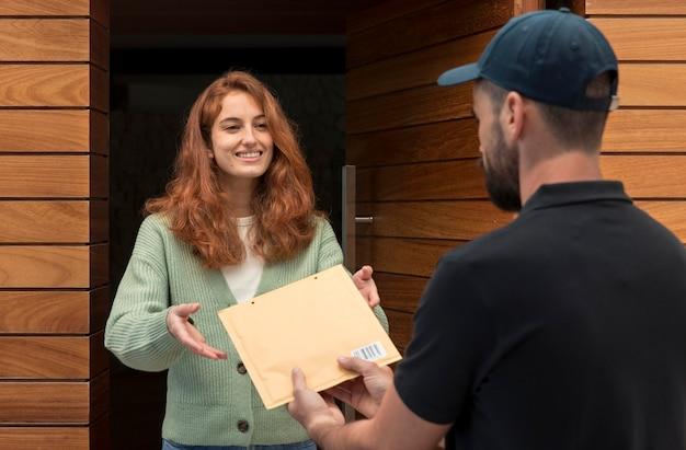Człowiek dostawy dostarcza paczkę