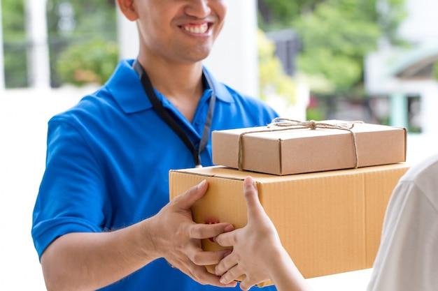Człowiek dostawy gospodarstwa paczki dać klientowi.
