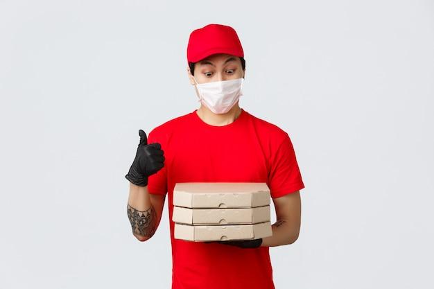 Człowiek dostawy miejsca kopiowania z pudełka do pizzy