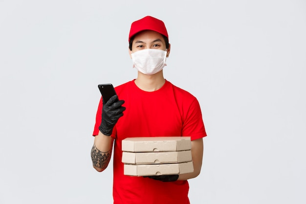 Człowiek dostawy miejsca kopiowania z pudełkiem po pizzy