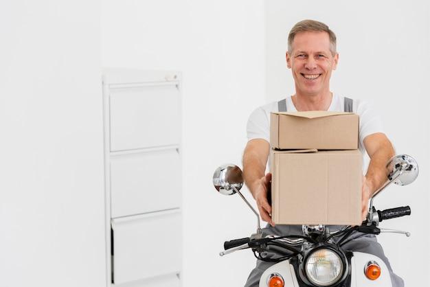 Człowiek dostawy na motocyklu