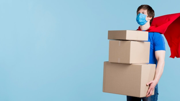 Człowiek dostawy niosąc pudełka