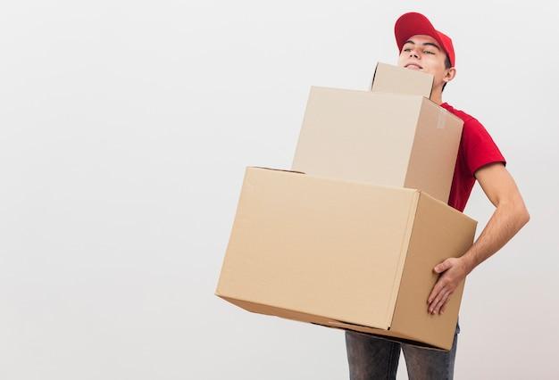 Człowiek dostawy niosący paczki