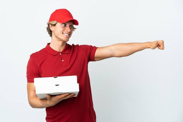 Człowiek dostawy pizzy na białym, dając kciuki do góry gestu