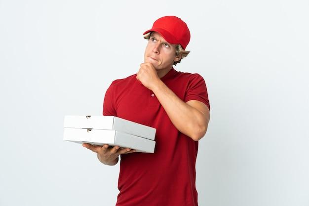 Człowiek dostawy pizzy na białym tle wątpliwości i myślenia