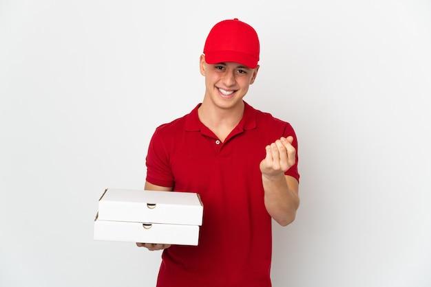 Człowiek dostawy pizzy w mundurze pracy, zbierając pudełka po pizzy na białej ścianie, robiąc gest pieniędzy