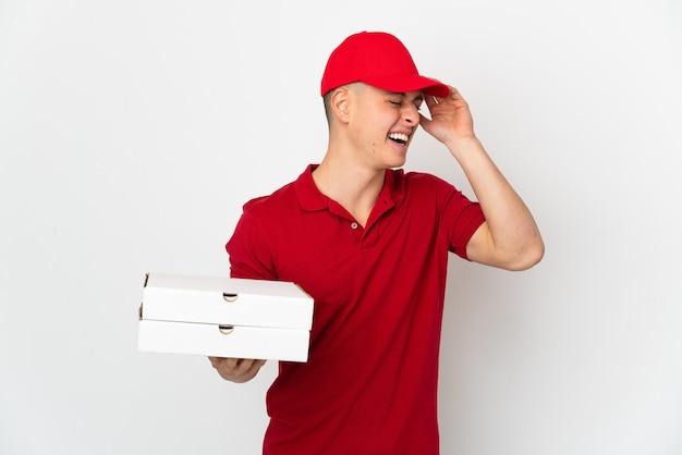 Człowiek dostawy pizzy w mundurze pracy, zbierając pudełka po pizzy na białym tle